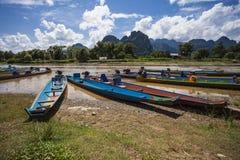 Río de madera del barco de Vang Vieng Vientián Laos Foto de archivo libre de regalías
