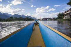 Río de madera del barco de Vang Vieng Vientián Laos Fotos de archivo libres de regalías