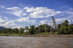Río de madera del barco de Vang Vieng Vientián Laos Imagenes de archivo
