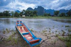 Río de madera del barco de Vang Vieng Vientián Laos Fotografía de archivo