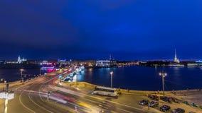 Río de Malaya Neva Puente y tráfico del intercambio de Birzhevoy en el timelapse de la noche St Petersburg, Rusia metrajes