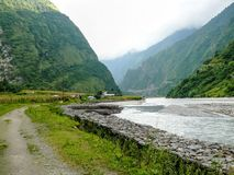 Río de Marsyangdi y pueblo de Tal - Nepal Fotos de archivo