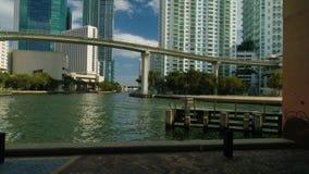 Río de Miami de los barcos de los edificios de la opinión de la antena 360 de Miami y abajo de la ciudad almacen de video