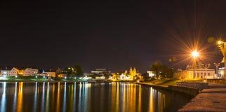 Río de Minsk en la noche fotos de archivo