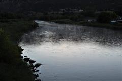 Río de Misty Morning Along The Colorado foto de archivo