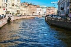 Río de Moika en la parte central de St Petersburg en un día de verano soleado fotos de archivo