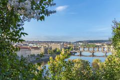 Río de Moldava con sus puentes y ciudad de Praga Imagen de archivo libre de regalías
