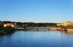 Río de Moldava en la Praga Fotos de archivo