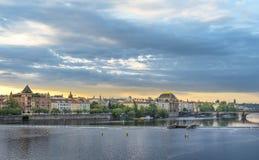 Río de Moldava y ciudad de Praga en la salida del sol Fotografía de archivo libre de regalías