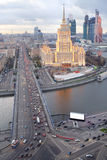 Río de Moskva, puente de Novoarbatsky, hotel Ucrania Foto de archivo