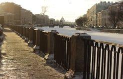 Río de Moyka el terraplén de Rusia, St Petersburg, en la luz del sol del invierno fotografía de archivo