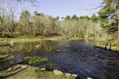 Río de Nemasket en Oliver Mill Park fotos de archivo