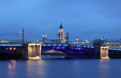 Río de Neva, puente del palacio, St Petersburg, Russi Fotografía de archivo