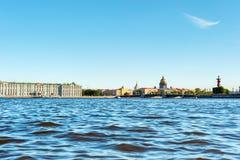 Río de Neva y señales principales imágenes de archivo libres de regalías