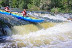 Río de Pacuare, Costa Rica - 14 de marzo de 2019: Los pares jovenes gozan del agua blanca kayaking en el río foto de archivo libre de regalías