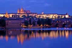 Río de Praga Vlatva en la noche imagen de archivo