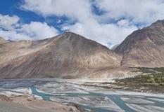 Río de ramificación en valle plano Foto de archivo