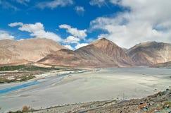 Río de ramificación en valle plano Imagenes de archivo