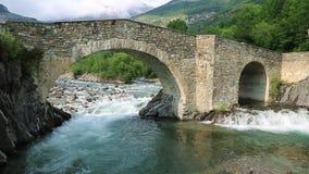 Río de Rio Ara en la Torla en el valle los Pirineos Huesca Aragón de Valle de Ordesa en España almacen de video