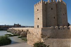 Río de Roman Bridge y de Guadalquivir, gran mezquita, Córdoba, Spai imagenes de archivo