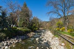 Río de Sandanska Bistritsa que pasa a través de la ciudad de Sandanski, Bulgaria fotos de archivo libres de regalías