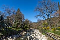 Río de Sandanska Bistritsa que pasa a través de la ciudad de Sandanski, Bulgaria imagen de archivo libre de regalías
