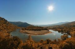 Río de serpenteo en otoño Foto de archivo