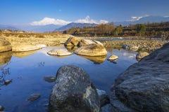 Río de Seti Gandaki y montaña de la espina de pescado de la visión a largo plazo fotografía de archivo