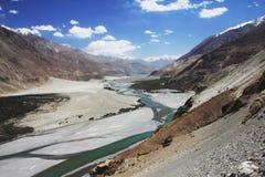 Río de Shayok, Himalaya Fotos de archivo libres de regalías