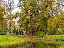 Río de Slavyanka en el parque de Pavlovsk en otoño Foto de archivo