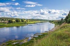 Río de Sukhona y ciudad en su banco opuesto, región de Vologodskaya, Rusia de Totma Fotos de archivo