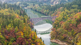 Río de Tadami y puente púrpura Fotos de archivo