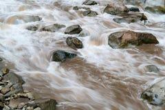 Río de Urubamba en los Aguas Calientes en Perú fotografía de archivo libre de regalías