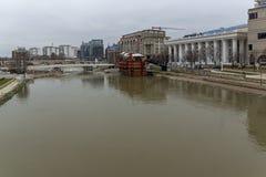 Río de Vardar que pasa a través de la ciudad del centro de Skopje, el República de Macedonia Fotos de archivo
