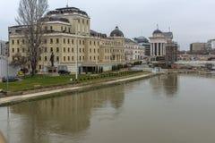 Río de Vardar que pasa a través de la ciudad del centro de Skopje, el República de Macedonia Imágenes de archivo libres de regalías