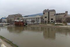 Río de Vardar que pasa a través de la ciudad del centro de Skopje, el República de Macedonia Foto de archivo libre de regalías