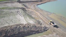 Río de Vislock, Polonia - pueden 2, 2018: Un camión volquete se carga con el suelo La tierra trabaja en la mina de la grava del r almacen de metraje de vídeo