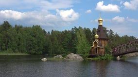 Río de Vuoksa y la iglesia de St Andrew, día de junio Región de Leningrad, Rusia almacen de video