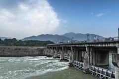 Río de Waijiang con la compuerta en dujiangyan Foto de archivo