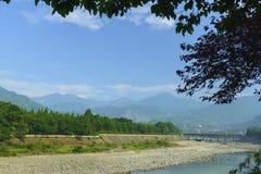 Río de Waijiang con la compuerta en dujiangyan Foto de archivo libre de regalías