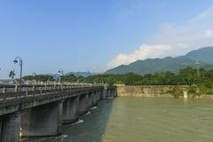 Río de Waijiang con la compuerta en dujiangyan Imagenes de archivo