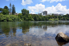 Río de Waikato que pasa a través de Hamilton, Nueva Zelanda Imagen de archivo libre de regalías