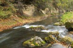Río de Whitewater en otoño Imagenes de archivo