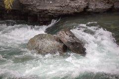 Río de Whitewater que se estrella contra rocas Foto de archivo