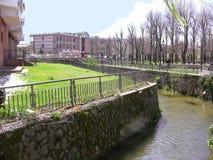 Río de Zittola y parque urbano fotografía de archivo
