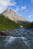 Río debajo de la montaña Foto de archivo