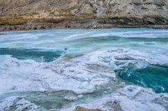 Río debajo del río congelado Imagenes de archivo