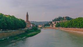 Río del Adigio por el centro histórico de Verona, Italia, con el campanario de la iglesia de Santa Anastasia fotografía de archivo
