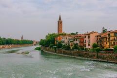 Río del Adigio por el centro histórico de Verona, Italia, con el campanario de la iglesia de Santa Anastasia imagenes de archivo