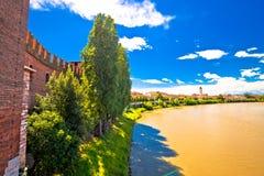 Río del Adigio y opinión de la orilla del río de Verona del puente de Castelvecchio Foto de archivo libre de regalías